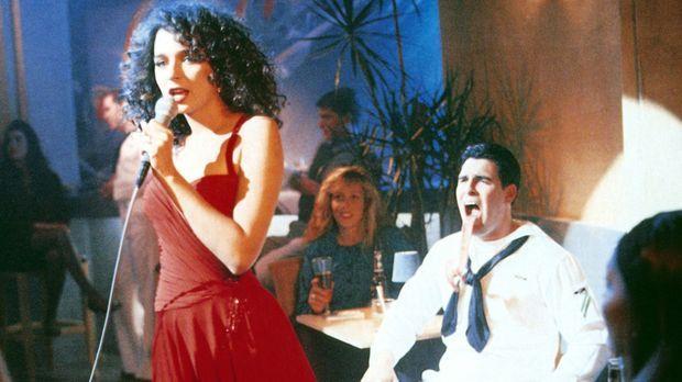 Die attraktive Truppen-Psychiaterin Ramada Thompson (Valeria Golino) lässt di...