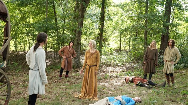 Als Familie flüchteten Elijah (Daniel Gillies, l.), Finn (Casper Zafer, 2.v.l...
