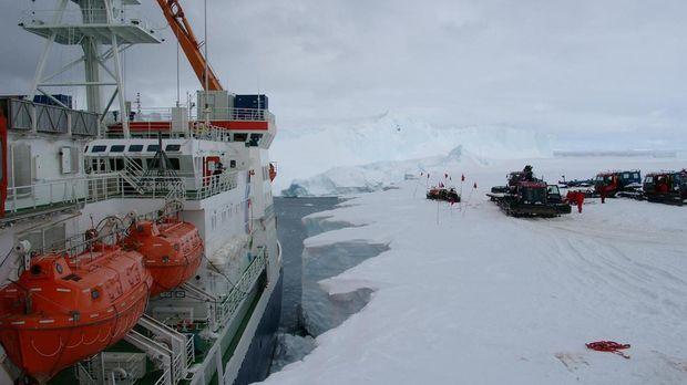 Der deutsche Forschungseisbrecher 'Polarstern' entlädt seine Fracht an der Sc...
