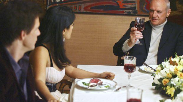 Als Daniel (Eric Mabius, l.) seinem Vater Bradford Meade (Alan Dale, r.) Sofi...