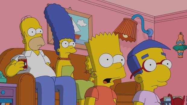 Im Fernsehen macht man sich über Krusty lustig, doch Homer (l.), Marge (2.v.l...
