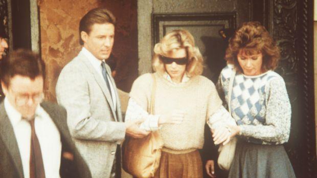 Die Journalistin Coleen Donnely (Nancy Stafford, M.) lebt gefährlich, denn si...