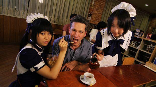 Bob Blumer (M.) lässt sich in einem Café in Japan auf Wettbewerbe ein, bei de...