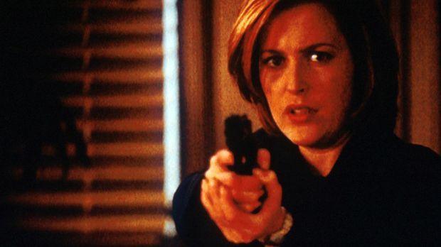 Scully (Gillian Anderson) hält den Bankräuber in Schach, der damit droht, sic...