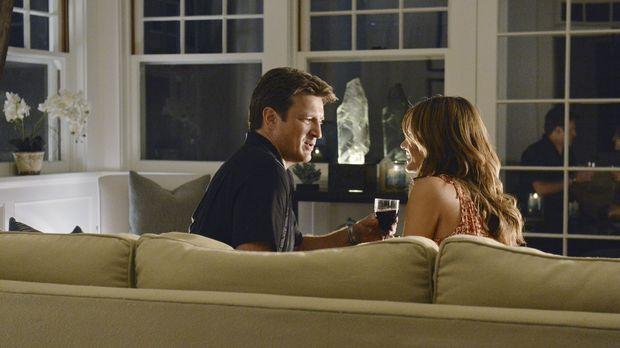 Castle (Nathan Fillion, l.) und Beckett (Stana Katic, r.) verreisen in die Ha...