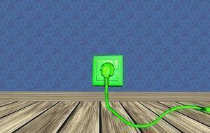 gründes Kabel aus Steckdose