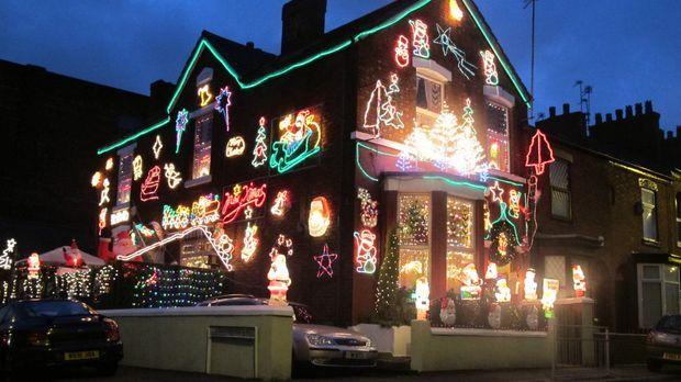 Vier Kandidaten begutachten gegenseitig ihre weihnachtlich geschmückten Häuse...