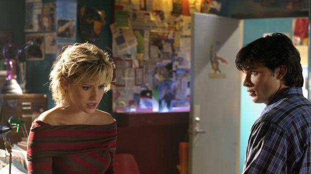 Als Chloe (Allison Mack, l.)entdeckt, dass Clarks (Tom Welling, r.) unattrakt...