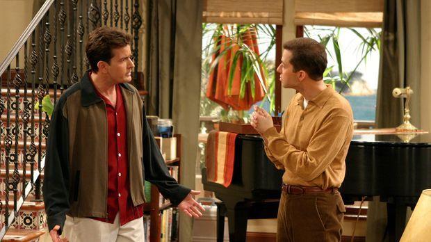 Zwischen Charlie (Charlie Sheen, l.) und Alan (Jon Cryer, r.) bahnt sich ein...
