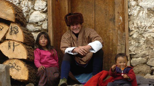 In Bhutan macht Bruce Parry (M.) die Bekanntschaft mit den Kindern der Layap...