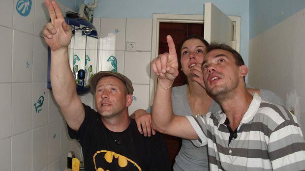 Bastian (r.) und seine Freundin Janine (M.) zeigen dem Superheimwerker Ken (l...