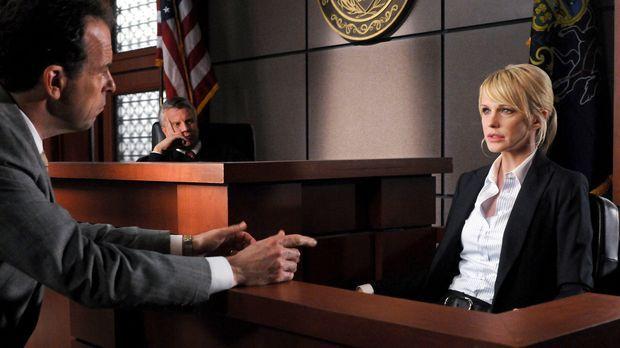 Richter Wyatt (Douglas Park, M.) verfolgt aufmerksam das Verhör zwischen A.J....