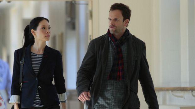 Ein neuer Fall beschäftigt Sherlock Holmes (Jonny Lee Miller, r.) und Joan Wa...