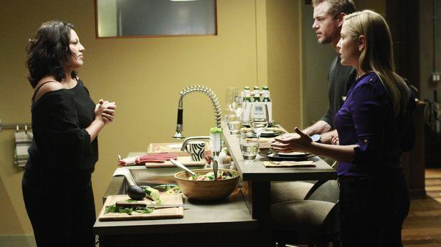 Arizona (Jessica Capshaw, r.) und Mark (Eric Dane, M.) kochen um die Wette, w...