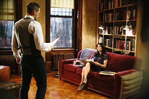 Wohnzimmer, als die bestellte Domina eintrifft Sherlock Holmes (Jonny