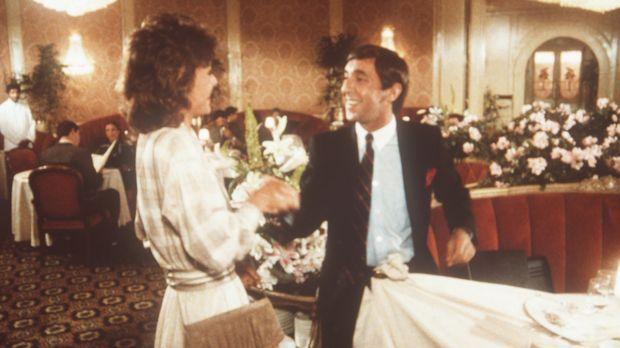 Der Buchhalter James Brand (Harvey Jason, r.) spielt vor Amanda (Kate Jackson...