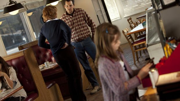 Wade (Bradford Tatum, M.) macht seiner Tochter Jody (Morgan Lily, r.) Hoffnun...