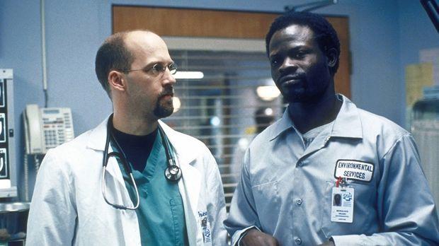 Dr. Greene (Anthony Edwards, l.) unterhält sich mit einem Pfleger. © TM+  200...
