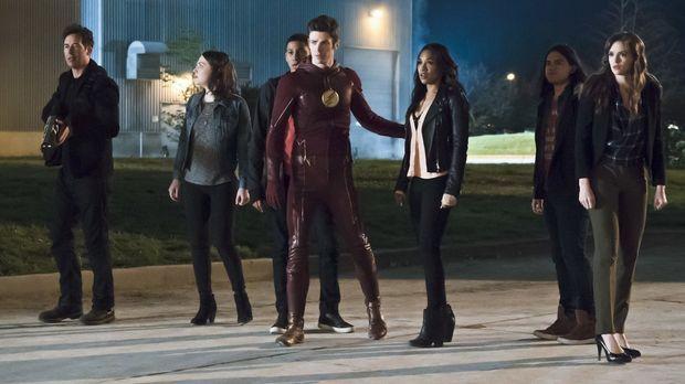 Während Barry alias The Flash (Grant Gustin, 4.v.r.) vor Wut auf Zoom schäumt...