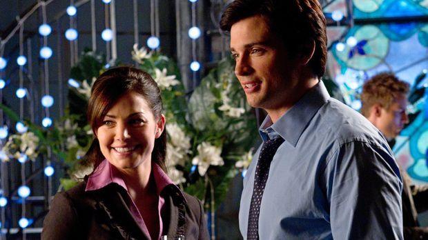 Während Clark (Tom Welling, r.) und Lois (Erica Durance, l.) ihre Verlobung f...