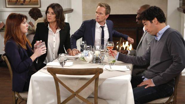 Während Lily (Alyson Hannigan, l.) frustriert ist, weil Marshall nicht da ist...
