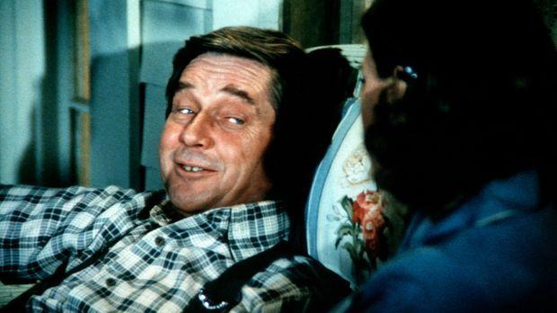Völlig frustriert stürzt sich John (Ralph Waite, l.) ins