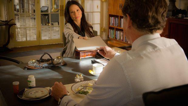 Joan (Lucy Liu, l.) wird von Holmes Vater Morland (John Noble, r.) überrascht...