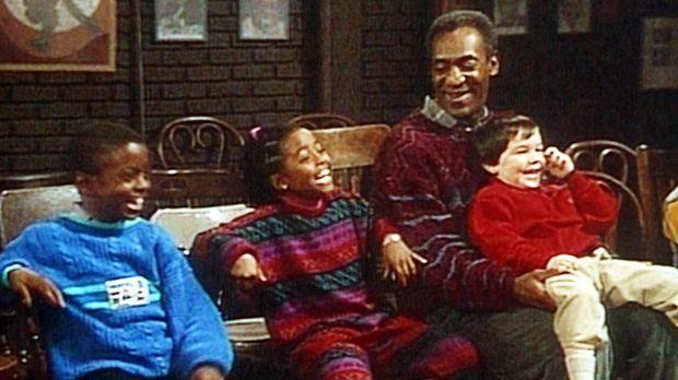 Cliff (Bill Cosby, 2.v.r.) ist mit acht kleinen Kindern in ein Theater gegang...