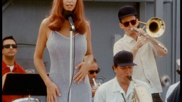 Die Sängerin Jenny (Catherine Bell) ist Mitglied der Showtruppe von Bob Hope,...
