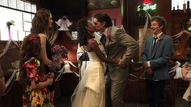 Feiern gemeinsam die Fake-Hochzeit von Veronica (Shanola Hampton, 3.v.l.) und...