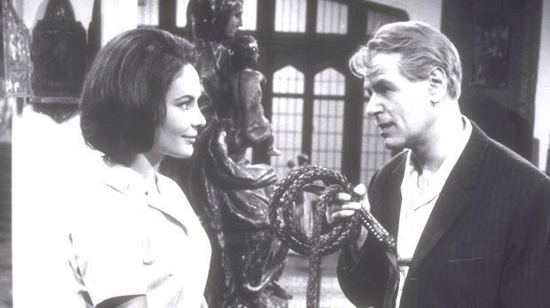 Der clevere Journalist Wellby (O.W. Fischer, r.) will Clarissa (Karin Dor, l....