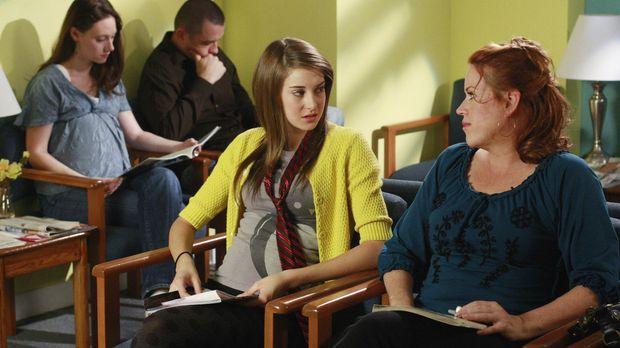 Anne (Molly Ringwald, r.) begleitet ihre Tochter Amy (Shailene Woodley, l.) z...