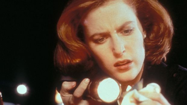 Scully (Gillian Anderson) stellt fest, dass der Serienmörder Ton an den Hände...