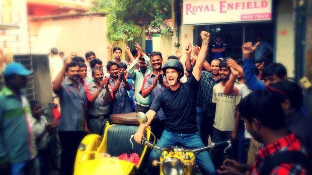 Leons Fahrzeug gibt in Patna kurzzeitig seinen Geist auf, was den Reisenden v...