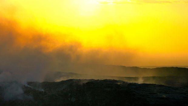 Das Expertenteam besteigt den Vulkan Erta Ale, in dessen Krater sich der älte...