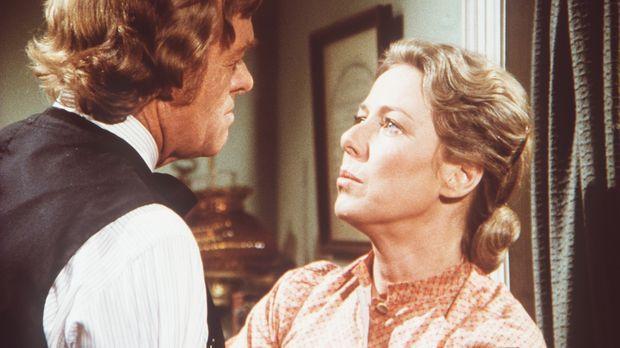 Dr. Baker (Kevin Hagen, l.) teilt Caroline (Karen Grassle, r.) mit, dass sie...