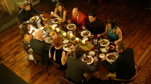 Ein Essen unter Freunden: (hinten v.l.n.r.) Aleksandr (Mikhail Baryshnikov),...