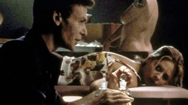 Buffy (Sarah Michelle Gellar) ist Ethan Rayne (Robin Sachs, l.), einem alten...