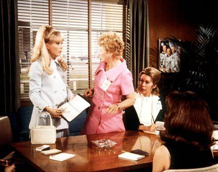 Bezaubernde Jeannie - Jeannie (Barbara Eden, l.) ist von Amanda (Emmaline Hen...