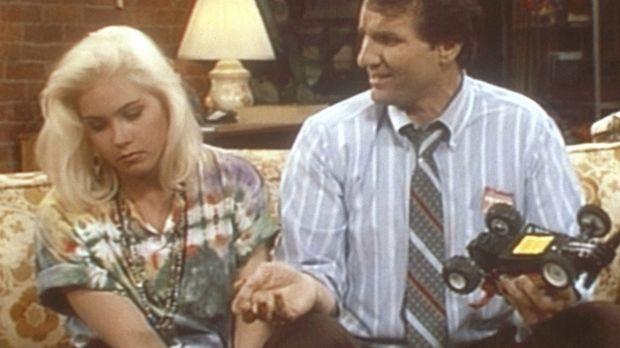 Kelly (Christina Applegate, l.) ist zum Heulen zumute, weil sie zur coolsten...