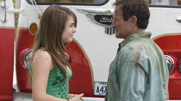 Bob Munro (Robin Williams, r.) und seine Tochter Cassie (Joanna LEvesque, l.)...