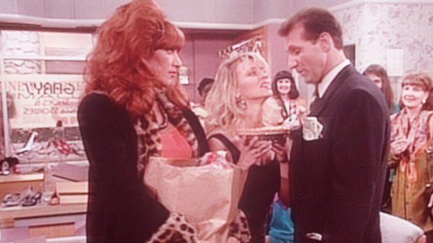 Peggy (Katey Sagal, l.) ist eifersüchtig, weil Al (Ed O'Neill, r.) im Schuhla...