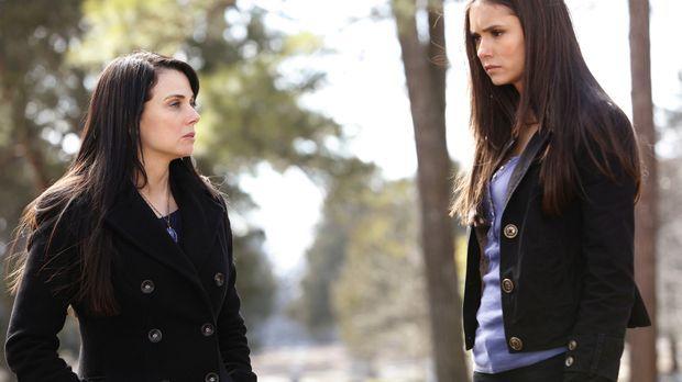 Isobel (Mia Kirshner, l.) taucht bei Elena (Nina Dobrev, r.) auf. Jenna ist e...