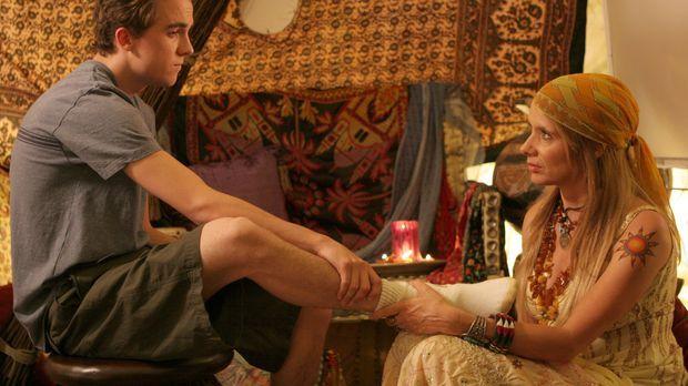 Malcolm (Frankie Muniz, l.) verliebt ich in Anita (Rosanna Arquette) und ist...