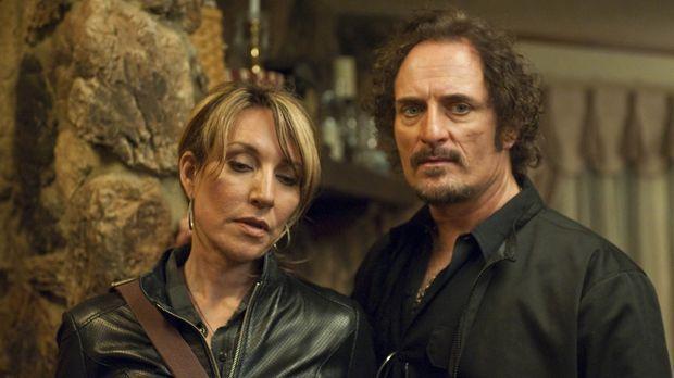 Nachdem Gemma (Katey Sagal, l.) Polly Zobelle erschossen hat, muss sie sich i...