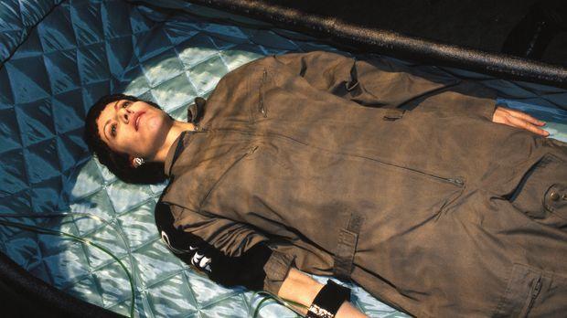 Claudia (Erica Carroll) wird in den künstlichen Tiefschlaf, die Stasis, verse...