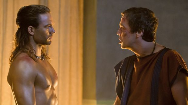 Quintus Batiatus (John Hannah, r.) ersinnt einen verschlagenen Plan, um seine...