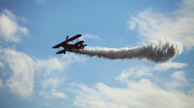 Stunts auf dem fliegenden Flugzeug - kein leichtes Unterfangen? © 2014 GPM-CA...