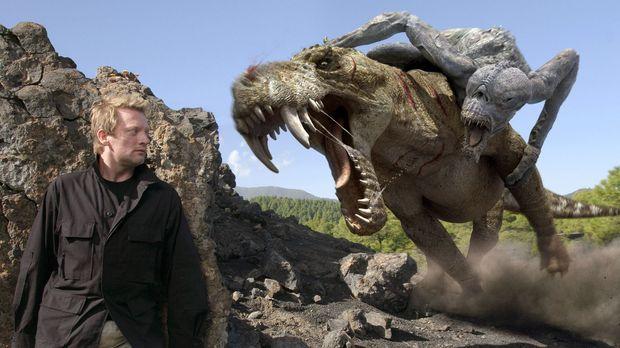 Cutter (Douglas Henshall) beobachtet aus einem Versteck, den Kampf der Monste...