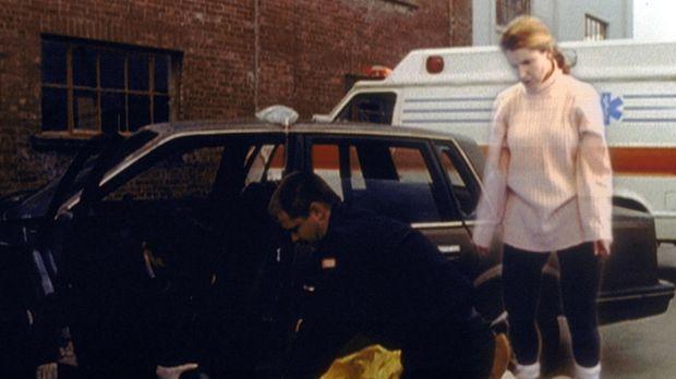 Rebecca Warfield (Peri Gilpin, r.), die nach ihrem Unfall ihren Körper verlas...
